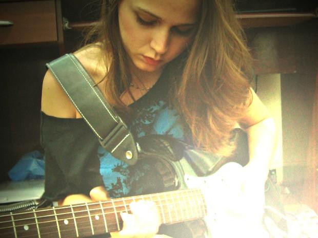 Gabriela grava e mixa as músicas em casa (Foto: Gabriela Deptulski/ Divulgação)