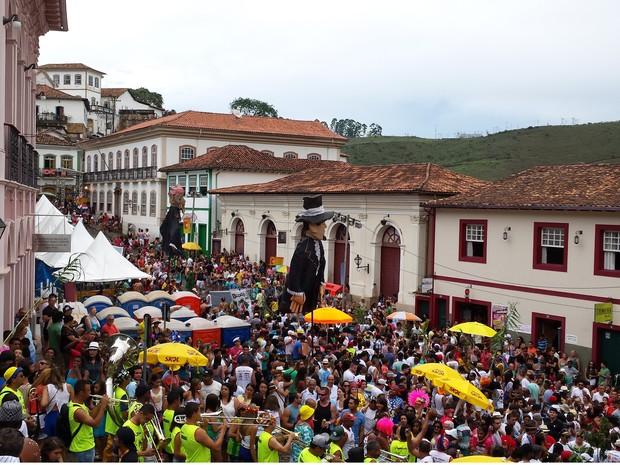 15.02 - Bloco do Mato arrasta multidão em Ouro Preto. (Foto: Thais Pimentel / G1)