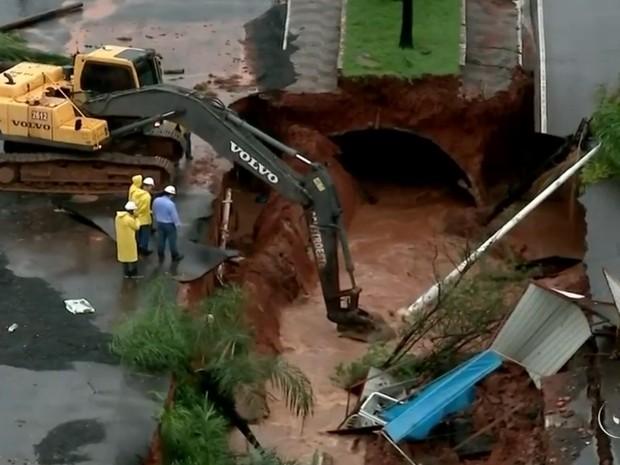 Obra na Bady Bassitt, em Rio Preto, foi atingida e canteiro central afundou. Rio Preto (Foto: Reprodução/TV TEM)