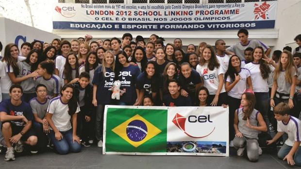 Alunos do Centro Educacional da LagoA (CEL) com o mascote dos Jogos Olímpicos de Londres-2012 (Foto: Divulgação/CEL)