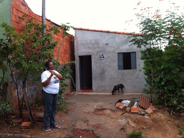 Moradores do bairro Vila Áurea saíram de casa com medo das rachaduras provocada por tremores. (Foto: Valdivan Veloso/G1)