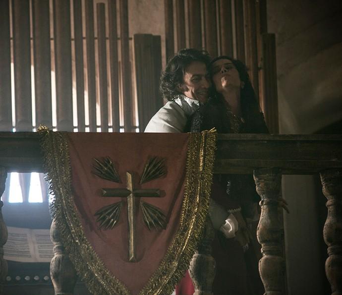 Duque e Carlota Joaquina tem encontro íntimo da igreja (Foto: Raphael Dias/Gshow)