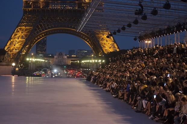 O principal marco parisisente, a torre Eiffel, se acende em homenagem ao co-fundador da maison YSL (Foto: Getty Images)