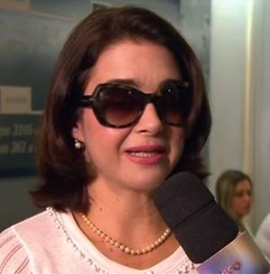 Alexandra Marzo se emociona no velório do pai (TV Globo)