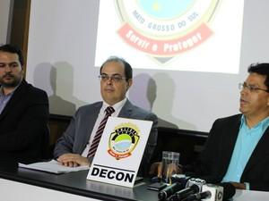 Representantes da Vigilância Sanitária, Decon e Procon (Foto: Juliene Katayama/G1 MS)
