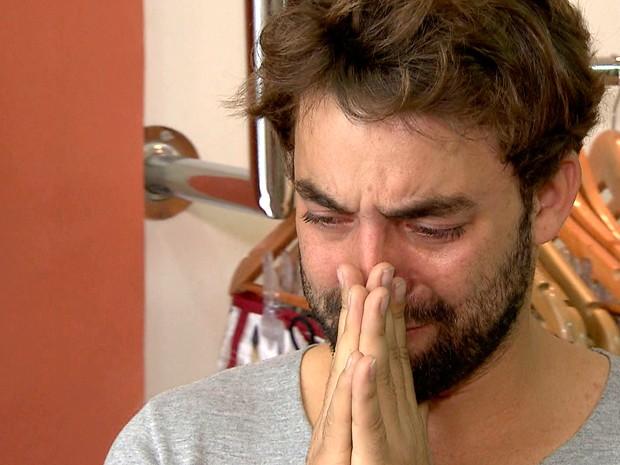 Empresário Esdras Santos chora ao ter sua loja de roupas roubada pela 11ª vez em Belo Horizonte (Foto: Reprodução/ TV Globo)