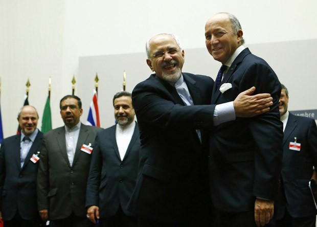 Ministro das Relações Exteriores do Irã, Mohammad Javad Zarif, abraça o chanceler francês, Laurent Fabius, após países chegarem a um acordo sobre o programa nuclear iraniano (Foto: Denis Balibouse/ Reuters)