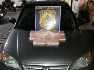 cocaína estava dividida em tabletes e escondidas no banco de trás do veículo. (Foto: Divulgação/PRF)