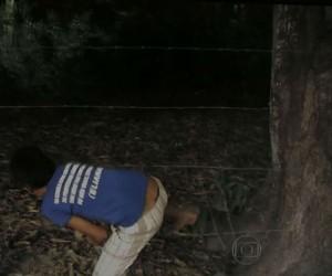 Aluno tem de passar por arame farpado pra chegar à escola, no Maranhão (Foto: Reprodução/TV Globo)