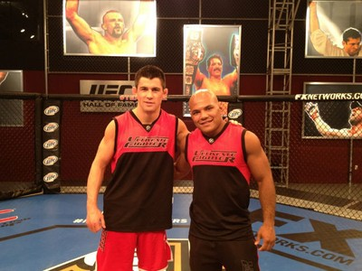 Dominick Cruz e Wilson Reis no set do The Ultimate Fighter (Foto: Divulgação)