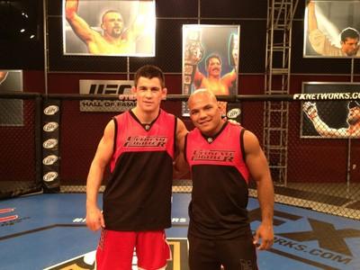 Dominick Cruz e Wilson Reis no set do The Ultimate Fighter (Foto: Divulgação)