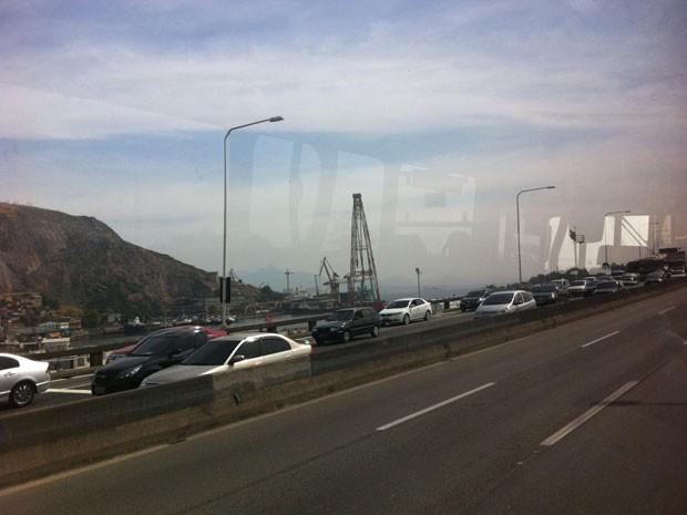 Por volta das 14h desta quinta-feira (6) o trânsito na Ponte Rio-Niterói, sentido Niterói, era lento em toda extensão da via por conta do feriado independência. Há retenções desde o acesso até a praça do pedágio. A CCR Ponte, concessionária da via, é rec (Foto: Tássia Thum/G1)