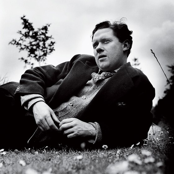 O poeta modernista galês Dylan Thomas. A temática do conflito moldou o estilo lírico de Dylan (Foto:   Hulton-Deutsch Collection/CORBIS/Corbis via Getty Images)