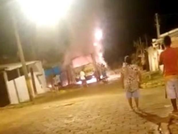 Ônibus estacionado em Arandu pegou fogo de madrugada (Foto: Reprodução/ TV TEM)