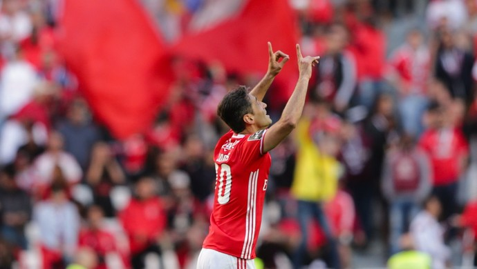 Jonas comemora gol do Benfica contra o Estoril (Foto: EFE)