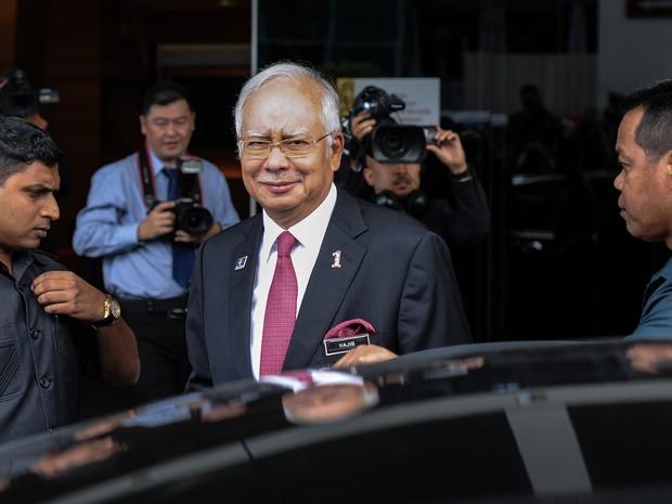 Primeiro-ministro Najib Razak deixa sessão do parlamento em Kuala Lumpur nesta terça-feira (26) (Foto: Mohd Rasfan/AFP)