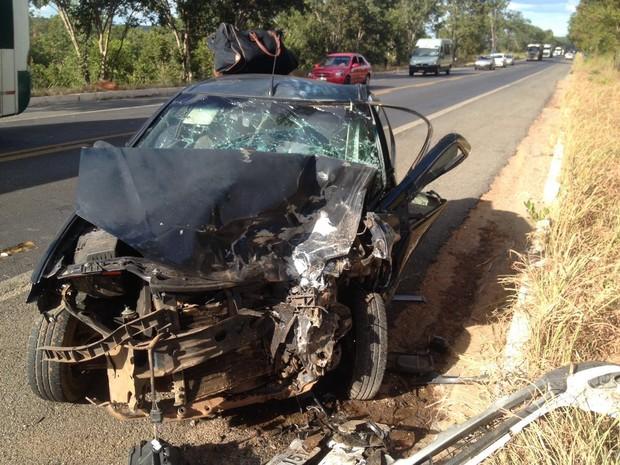 Carro teve frente destruída após colisão frontal na terça-feira (Foto: George José/ Blog Sigi Vilares)