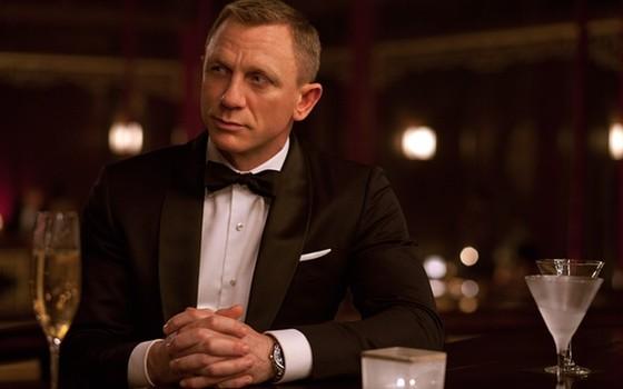 Daniel Craig toma um dry martíni numa das cenas de '007 Spectre' (Foto: Divulgação)