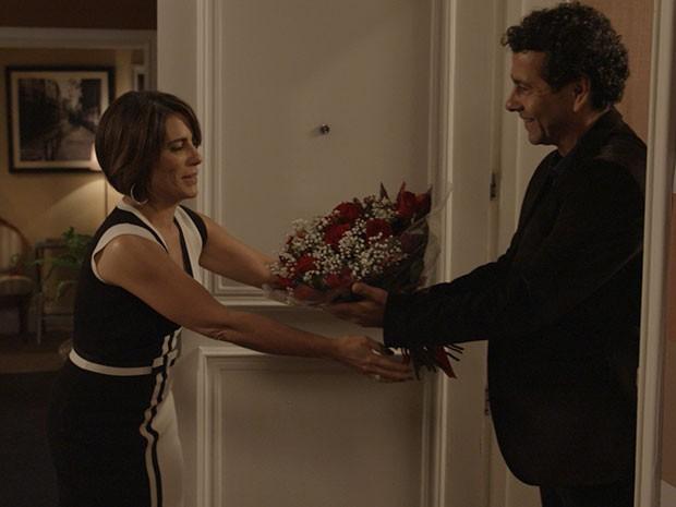 Aderbal chega todo cheio de amor para dar no apartamento de Beatriz (Foto: TV Globo)