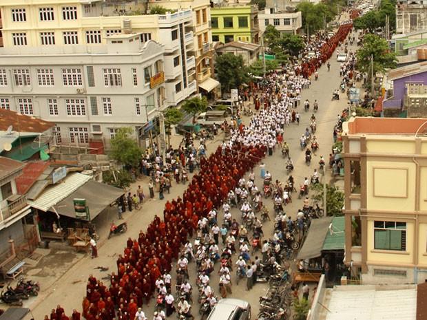 Monges budistas protestam em Mianmar neste domingo (2) contra presença de minoria muçulmana no país (Foto: AFP)