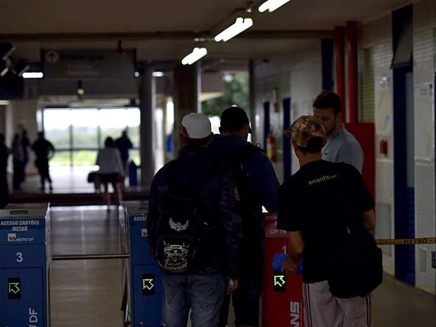 Passageiros recebem orientação de funcionários do Metrô do DF durante interdição de trecho entre Asa Sul e 114 (Foto: Alexandre Bastos/G1)