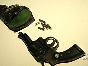 Polícia apreendeu arma usada no crime e munições em Anápolis, Goiás (Foto: Reprodução/ TV Anhanguera)