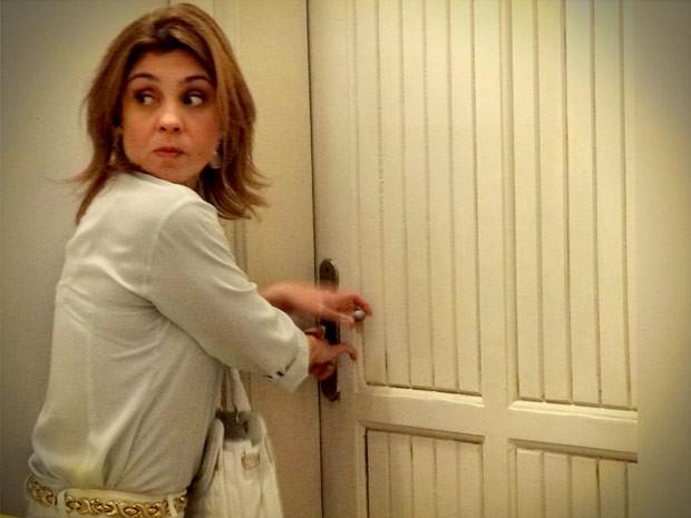 Carminha resolve fazer uma visitinha sem ser convidada (Foto: Avenida Brasil / TV Globo)