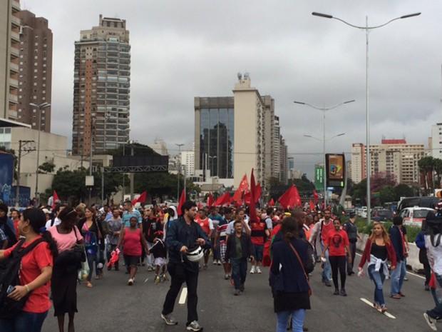Movimento dos Trabalhadores Sem Teto bloqueou a Avenida 23 de Maio na tarde desta quarta (18) (Foto: Amanda Previdelli/G1)