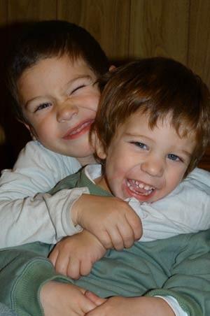 Faustino, que recebeu o transplante, abraça o irmão menor Benjamín, seu doador (Foto: Cortesia da família Cascallares/BBC)