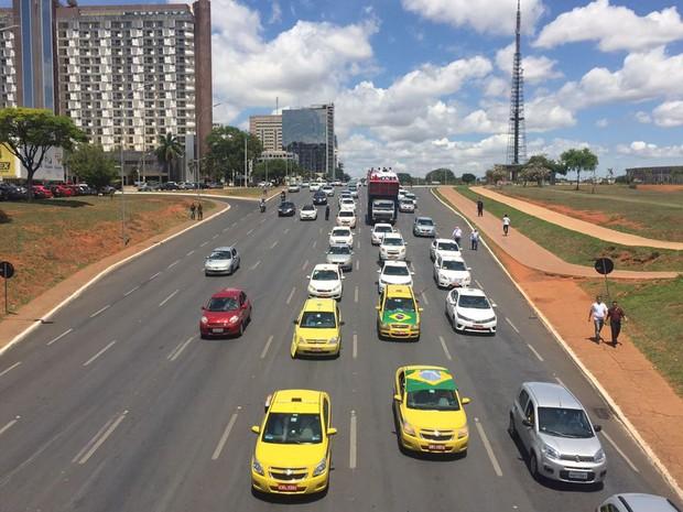 Taxistas fazem carreata para pedir que deputados aprovem projeto de lei que, na prática, proíbe implantação do Uber no Brasil (Foto: Alexandre Bastos/G1)