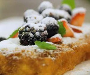 Rabanada de pão de ló com iogurte fresco e frutas