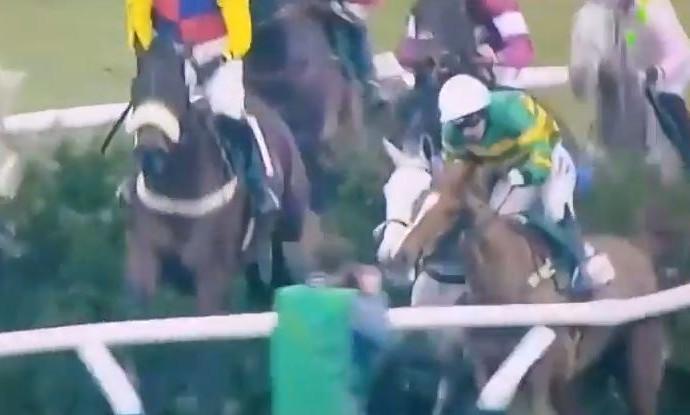 Fotógrafo é acertado por cavalos durante corrida no Reino Unido (Foto: Reprodução/Youtube)