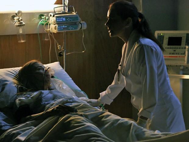 Cora conversa com enfermeira antes de morrer (Foto: Raphael Dias/ Gshow)