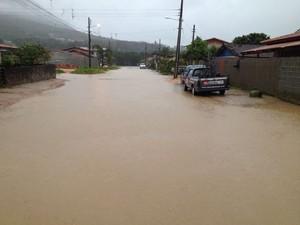 Quatro bairros de Palhoça têm ruas alagadas (Foto: Edsoul/RBS TV)