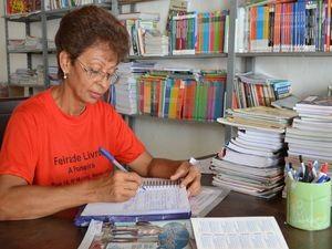 Mércia consegue renda extra com a revenda de livros há 15 anos (Foto: Marina Fontenele/G1 SE)