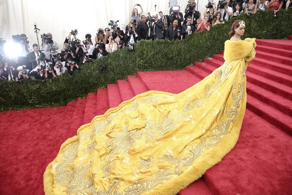 Rihanna polemizou com um vestido de Guo Pei no Met Gala de 2015 (Foto: Getty Images)