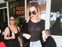 Khloe Kardashian deixa sutiã à mostra em gravação com Kim e Kourtney