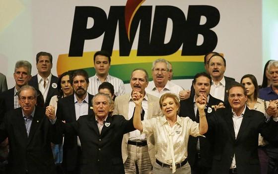 Eduardo Cunha, Michel Temer e Renan Calheiros, à frente, dão boas vindas a Marta Suplicy (Foto: Agência O Globo)