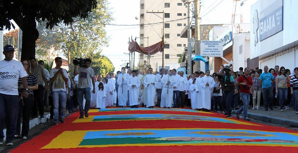 Procissão passa pelo tapete de Corpus Christi em Matão (Foto: Paulo Henrique Loureiro)