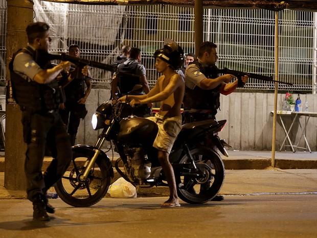 Manifestação no Alemão, no Rio, tem tiros e ameaça de fogo em caminhão (Foto: Wilton Junior/Estadão Conteúdo)