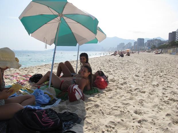 Argentinas protegem-se do sol forte na Praia do Arpoador (Foto: João Bandeira de Mello/G1)