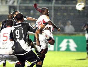 Vagner Love na partida do Flamengo contra a Ponte Preta (Foto: Marcos Alves / Ag. O Globo)