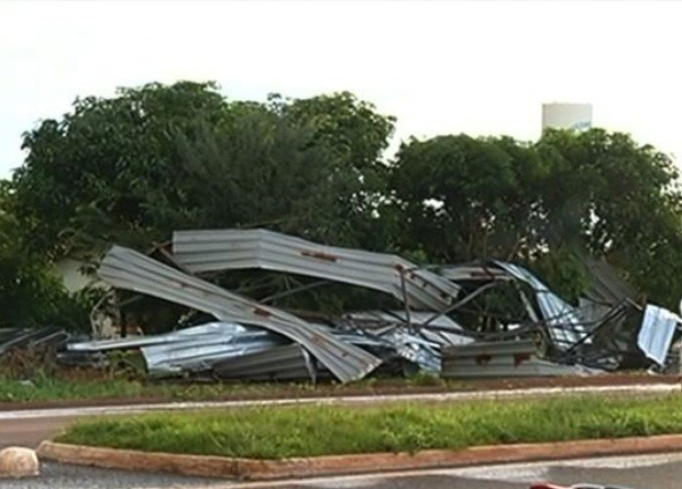 Destroços do telhado foram parar do outro lado da BR-158, na região sudoeste de Goiás (Foto: Reprodução/ TV Anhanguera)