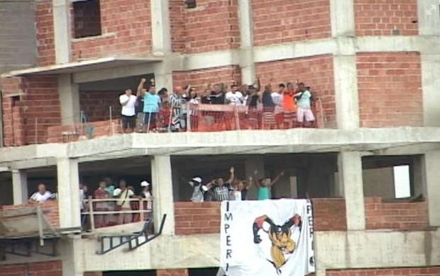 Torcida do América em prédio vizinho ao Godofredo Cruz (Foto: Divulgação Ferj)