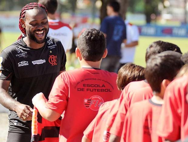 Vagner Love com a criançada no treino do Flamengo (Foto: Alexandre Vidal / Fla Imagem)
