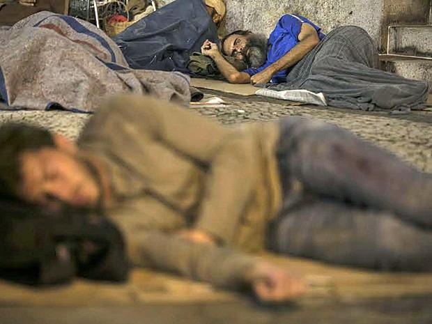 Mendigo rouba Leonardo enquanto ele dorme (Foto: Inácio Moraes/ Gshow)