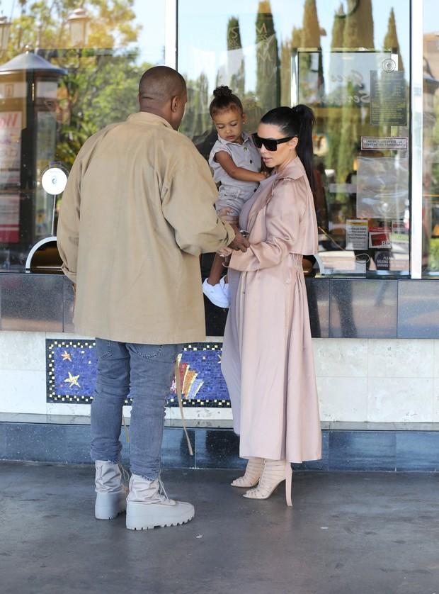 X17 - Kim Kardashian e Kanye West com North West em Los Angeles, nos Estados Unidos (Foto: X17online/ Agência)