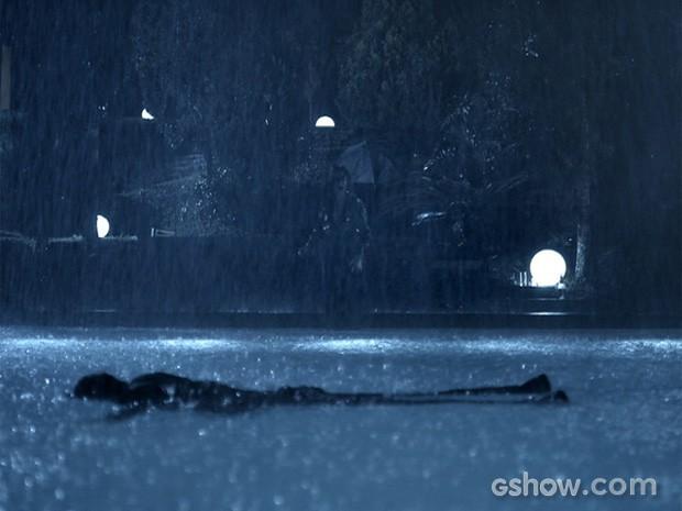 No meio da festa, o corpo de Bruno aparece boianca na piscina (Foto: O Rebu / TV Globo)