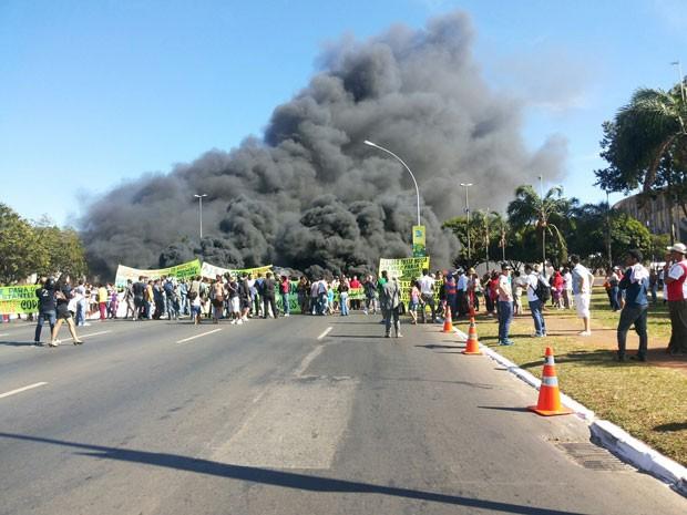 Grupo fecha via em frente ao Estádio Nacional de Brasília em protesto contra a Copa (Foto: Isabella Formiga/G1)