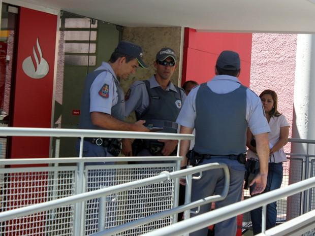 Suspeitos rederam funcionários durante assalto à agência bancária (Foto: Gabriel Delena/ Jornal do Meio Dia)